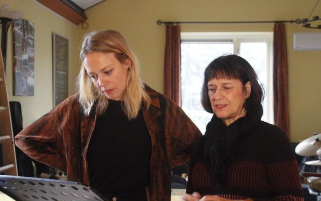 sopranen Miriam Koetsier en Anja lankamp aan het oefenen