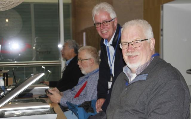 De mannen aan het werk onder toeziend oog van Bert Klifman