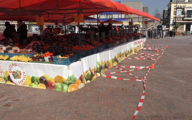 Afstand houden op Almelose markt