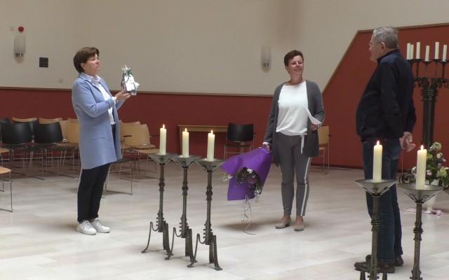 (l)Susan Groothuis (bestuurslid) en Moniek Oortwijn(secretaris) bieden bloemen en versnapering aan