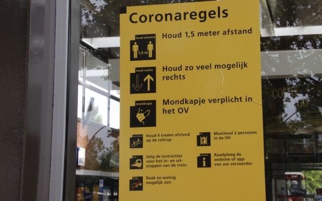Op en rond de station hangen de borden met coronaregels