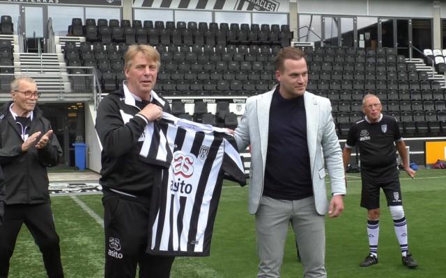 Jeroen Burghoorn overhandigt het Heracles shirt aan zijn opvolger.