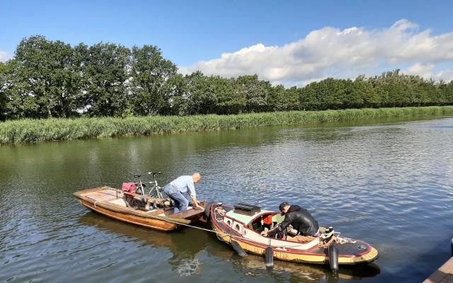 Het duwbootje van Daniël duwt de Sampan naar het centrum van Almelo