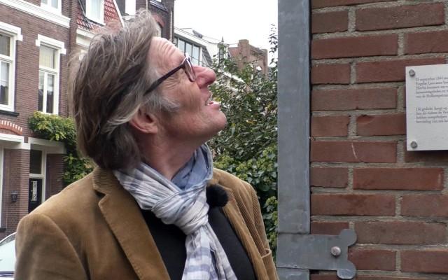 Voorzitter Willem van Dooren van de Stichting Muurgedichten