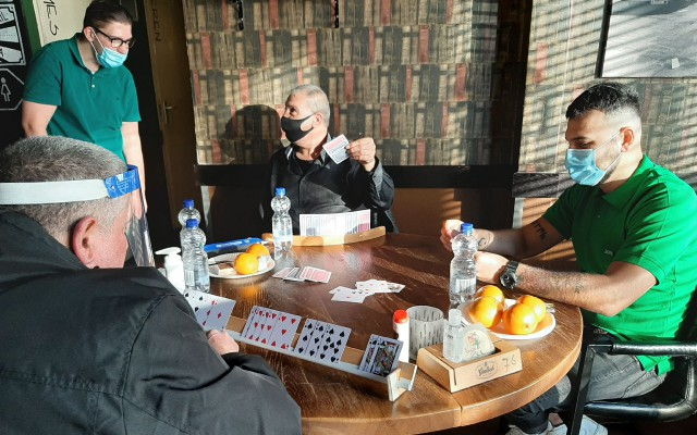 De mannen spelen een kaartspel