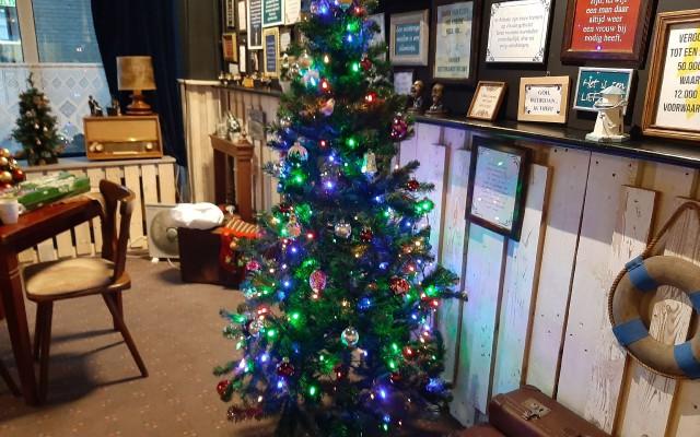 De kerstboom met gekleurde lampjes valt niet bij iedereen in goede aarde