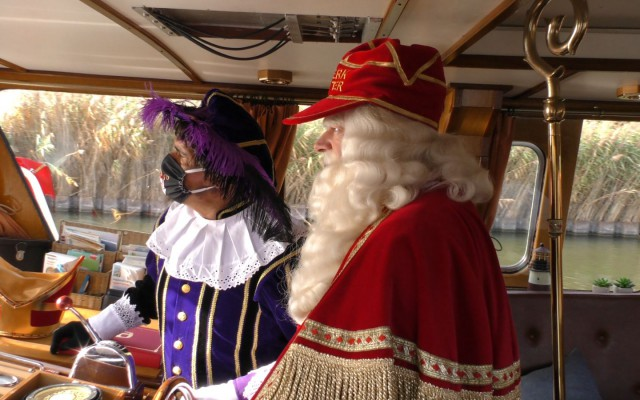 Sint en Piet varen Almelo binnen