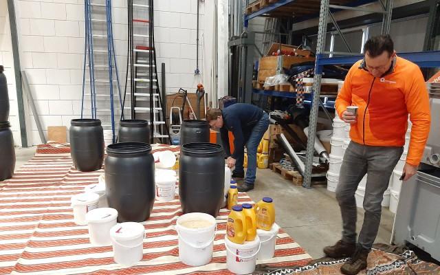 Frituurvet werd  verder verzameld in vaten en emmers