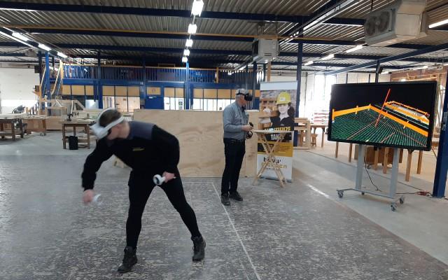 Medewerker Kevin Huzink laat zien hoe VR werk