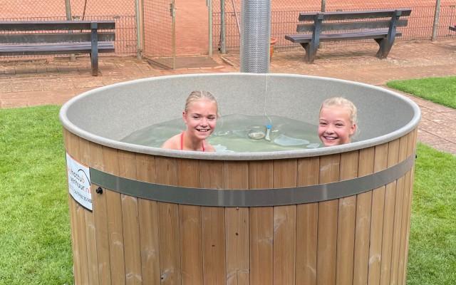 Anouk en Madelief in de Hot Tub, foto Mats Gombert