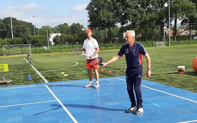 Tom Okker en Patrick Visser geven speciale tennisles