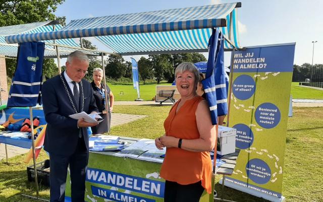 Astrid Vogelaar overhandigt de burgemeester wandelroutes