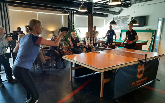 Bettine Vriesekoop laat zien hoe het professionele tafeltennis wordt gespeeld