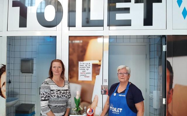 Gerda en Dineke bij het openbaar toilet.