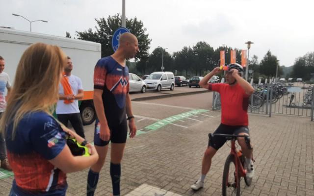 Directeur Gerwin Pol komt net iets later als Maarten van der Weijden in Almelo aan