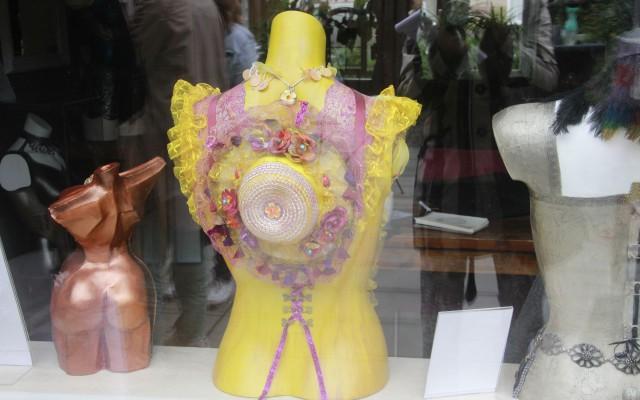 Torsso met kleurige versiersels