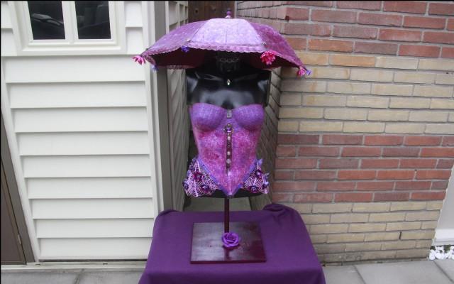 Een torso in lila, rose en paars