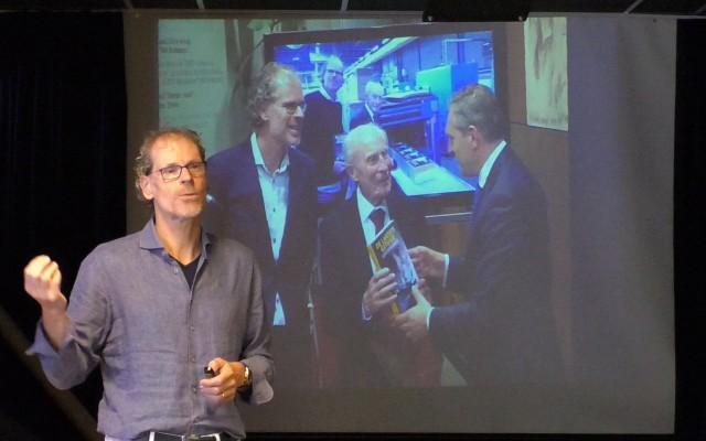 Wim Alosery neemt eerste biografie in ontvangst