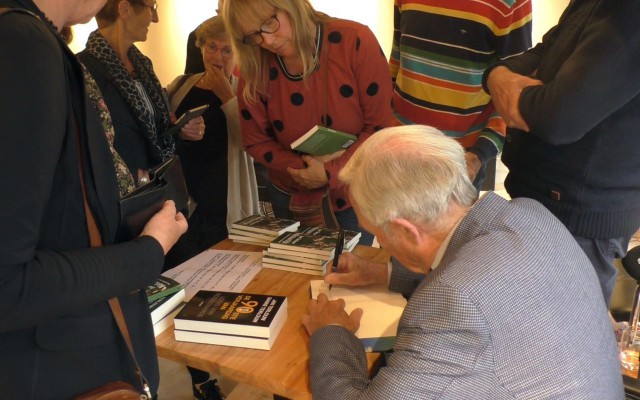 Terlouw maakte van de gelegenhdi gebruik om zijn boeken te signeren