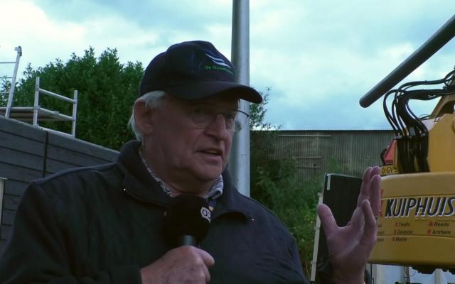 Bestuurslid Gerard Pigge vertelt over hoe de schuur gebouwd wordt