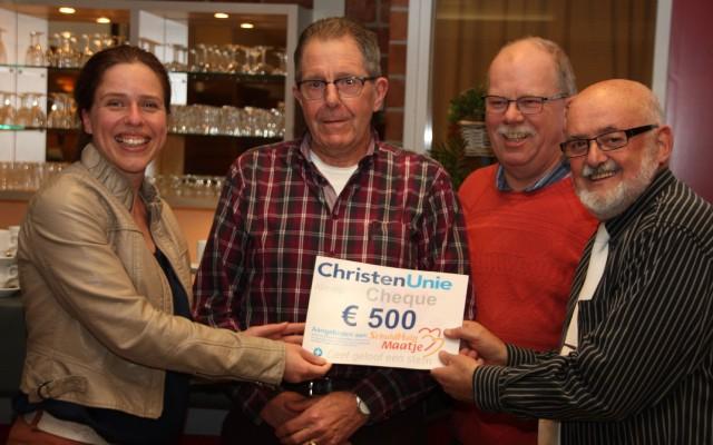 Carola Schouten (CU) overhandigt de cheque aan SHM