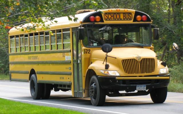 Almelo Centraal met schoolbus op pad