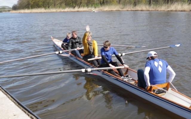 Wethouder Van Wijk (gele jas) ging letterlijk de boot in