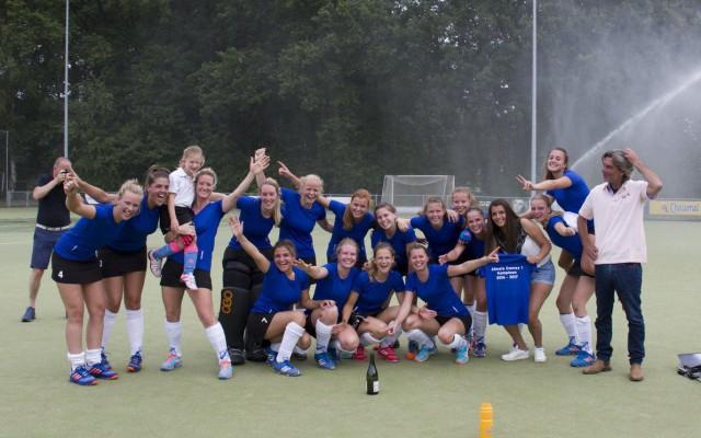 De kampioensploeg van MHC Almelo
