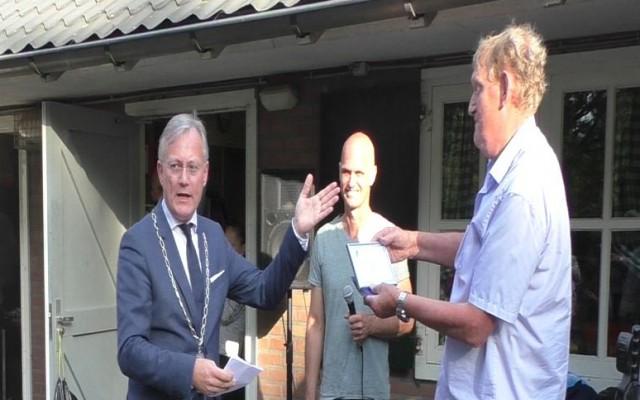Burgemeester Gerritsen feliciteert voorzitter Egbert Kamp