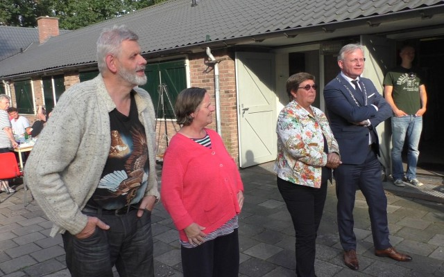 v.l.n.r. echtpaar Krabshuis, wethouder Ten Seldam en burgemeester Gerritsen
