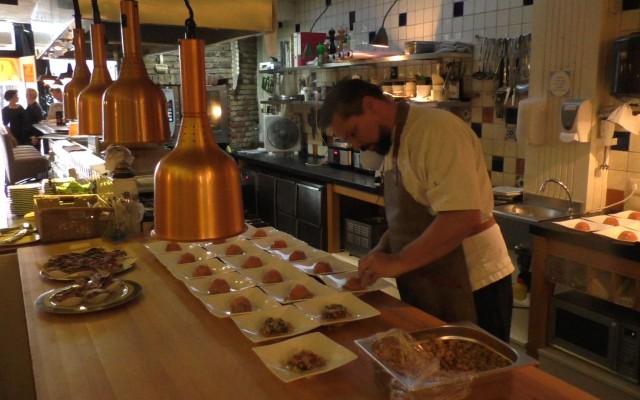Chef-kok Nico Rikhof aan de voorbereidingen