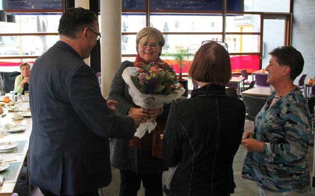 Wethouder Christien van Wijk krijgt een bloemetje aangereikt.