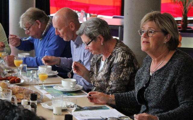 Wethouder Christien van Wijk leest voor uit Dons tijdens de nationale voorleeslunch