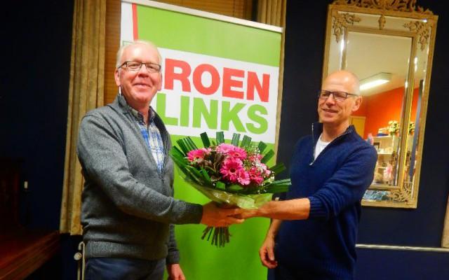 Hans Buitenweg krijgt bloemen uit handen van voorzitter Rob Mulder