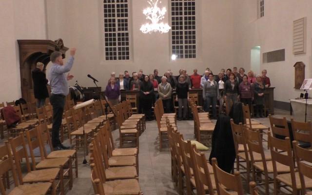 Dirigent Erik Kotterink en koor 1