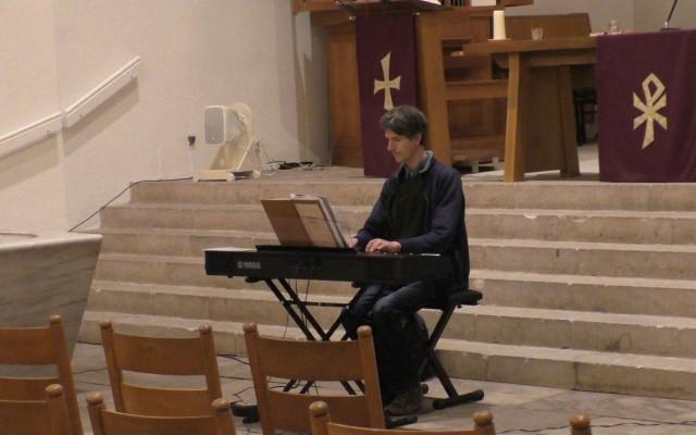 Pianist Gerard van Kempen , vaste begeleider tijdens de repetities