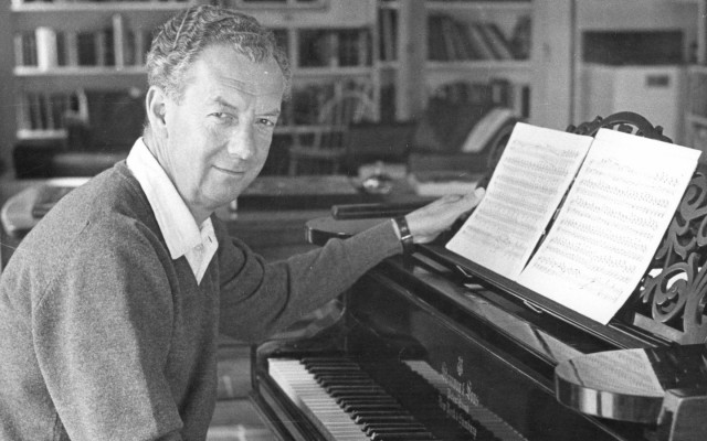 Benjamin Britten aan het werk achter de piano