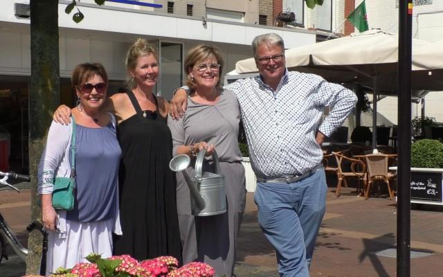 V.l.n.r. Ank Lenoble, Babbette Schoonebeek naast wethouder Christien van Wijk en Wiebe Blaauw