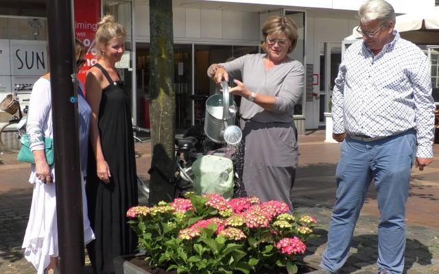 Wethouder Christien van Wijk mocht als eerste water geven.