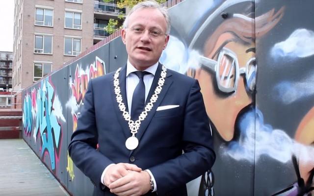 Burgemeester Gerritsen reikt de prijzen uit