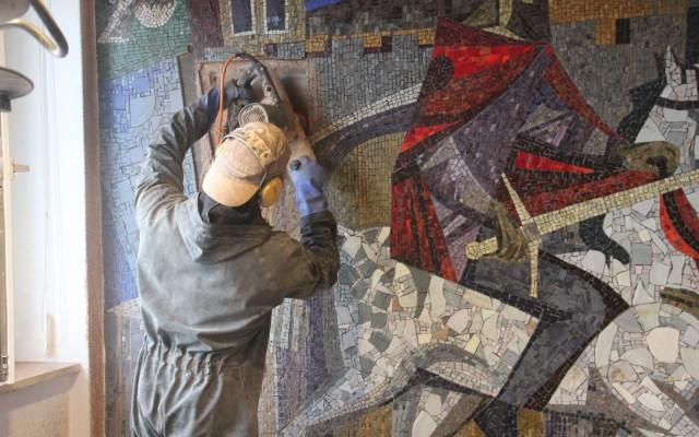 Arno verwijdert het mozaïek stukje voor stukje