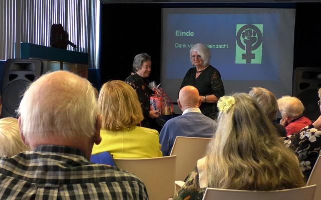Cobi Noordhoff reikt bloemen uit aan Judith Cohen