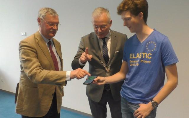 links A.J.ten Cate, burgemeester Gerritsen en Wouter Büthker