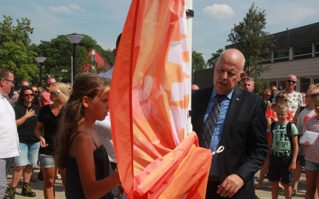 Tess Bloem mocht samen met wethouder Alex Langius de vlag hijsen
