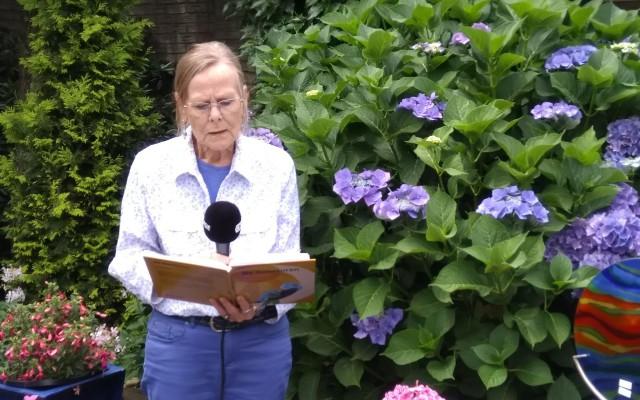 Suze Berendsen leest voor uit haar boek